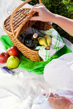 Enjoyng-Mittagessen, Picknick draußen lizenzfreies stockbild