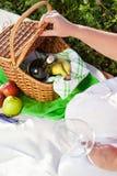 Enjoyng Mittagessen, Picknick draußen lizenzfreie stockfotografie