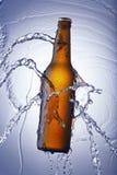 Enjuague de la botella y del agua de cerveza Imágenes de archivo libres de regalías