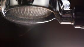 Enjuague de la máquina del café antes de verter metrajes