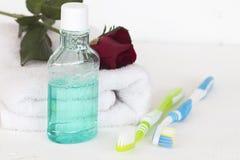 Enjuague y cepillo de dientes para la atención sanitaria Fotografía de archivo libre de regalías