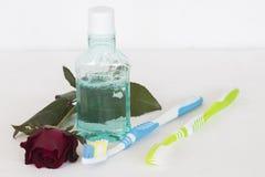 Enjuague y cepillo de dientes para la atención sanitaria Fotografía de archivo