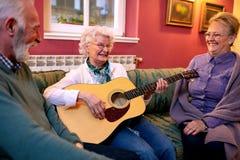 Enkel één goed stemt op de gitaar stock afbeelding