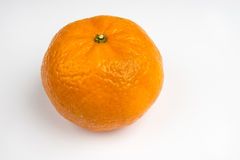 Enkel apelsin på en vit bakgrund Arkivfoto