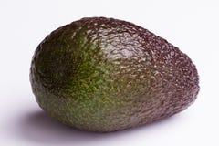 Enkel avokado på vit bakgrund - closeup Arkivfoton