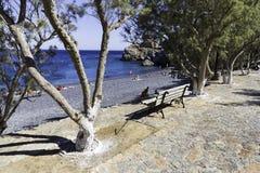 Enkel bänk på den Mavra Volia stranden royaltyfri foto