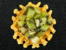 Enkel belgisk smördillande som överträffas med nya Kiwi Fruit Royaltyfria Foton