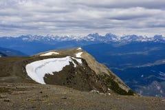 Enkel bergöverkant med snö Arkivbilder