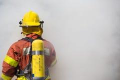 Enkel brandman i operationsurround med rök Arkivfoton