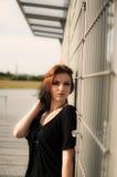 Enkel brunettflicka med svart och rött hår Royaltyfri Bild