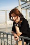 Enkel brunettflicka med svart och rött hår Arkivfoton