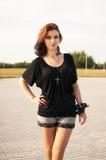 Enkel brunettflicka med svart och rött hår Royaltyfria Foton