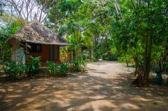 Enkel bungalow med grästaket Arkivfoto