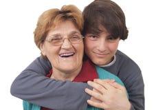 Enkel, der Großmutter umarmt Lizenzfreie Stockfotos