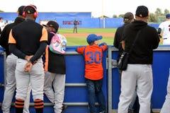 Enkel in der Orange, die das Spiel Tschechisch-Spanien aufpasst lizenzfreie stockfotos