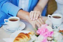 Enkel dient de echtpaarholding Parijse koffie in stock fotografie