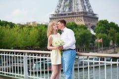 Enkel echtpaar het kussen dichtbij de toren van Eiffel Royalty-vrije Stock Afbeeldingen