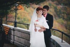 Enkel echtpaar het stellen in een de herfstpark royalty-vrije stock foto's