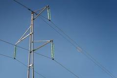 Enkel elektricitetspylon med trådar och isolatorer arkivbilder