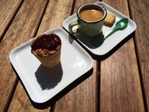 Enkel espresso med kakan och hallonet Arkivfoton