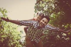 Enkel fader med den lilla dottern i äng flicka little som ligger arkivbilder