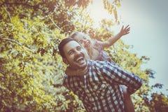 Enkel fader med den lilla dottern i äng flicka little som ligger fotografering för bildbyråer