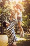 Enkel fader på äng med hans dotter royaltyfria bilder