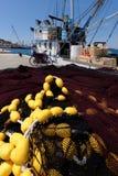 Enkel fiskebåt på pir i förberedelse till att segla ut Royaltyfria Bilder