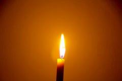 enkel flamma för bakgrundsblackstearinljus arkivfoton