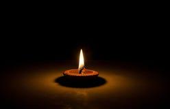 enkel flamma för bakgrundsblackstearinljus Fotografering för Bildbyråer