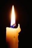 enkel flamma för bakgrundsblackstearinljus Arkivfoto