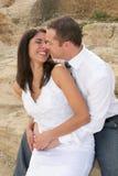 Enkel Gehuwd - bruid en bruidegom enkel ongeveer aan kus Royalty-vrije Stock Foto