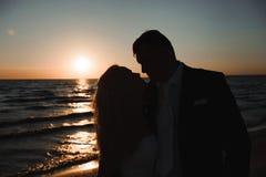 Enkel gehuwd Mooi jong paar op het strand bij zonsondergang royalty-vrije stock fotografie