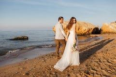 Enkel-gehuwd paar die bij het strand lopen Royalty-vrije Stock Afbeelding