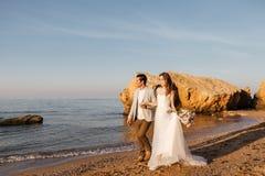 Enkel-gehuwd paar die bij het strand lopen Stock Afbeelding
