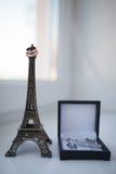 Enkel gehuwd in Parijs Twee trouwringen op de miniatuurtoren van Eiffel stock foto