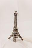 Enkel gehuwd in Parijs Twee trouwringen op een miniatuurtoren van Eiffel stock afbeeldingen