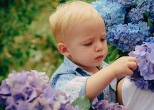 enkel Geregend Kinderjaren De Dag van kinderen Kleine babyjongen Het nieuwe Concept van het Leven De lentevakantie De zomer Moede stock fotografie