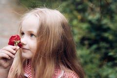 enkel Geregend Kinderjaren De zomer Moeders of van vrouwen dag De Dag van kinderen Klein babymeisje Het nieuwe Concept van het Le stock fotografie