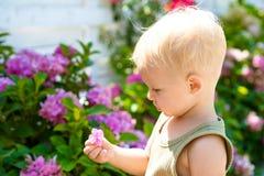 enkel Geregend Kinderjaren De zomer Moeders of van vrouwen dag De Dag van kinderen Kleine babyjongen Het nieuwe Concept van het L stock foto's