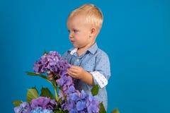 enkel Geregend Kinderjaren Weinig jongen bij bloeiende bloem De zomer Moeders of van vrouwen dag De Dag van kinderen Kleine babyj royalty-vrije stock foto's