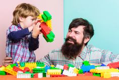 Enkel glimlach de bouwvliegtuig met aannemer kleine jongen met papa die samen spelen Gelukkige familievrije tijd Liefde Kind royalty-vrije stock afbeeldingen