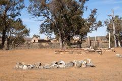 Enkel grav med den övergav bosättningen i avstånd fotografering för bildbyråer