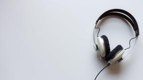 Enkel hörlurar på en tabell Arkivfoto