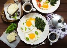 Enkel hem- frukost med ägg och kaffe Arkivbild