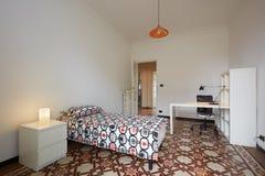 Enkel inre för sovrum med enkel säng Royaltyfri Bild