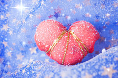 Enkel insnöad röd hjärta Arkivfoton