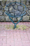 Enkel järnstol i parken royaltyfri foto