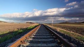 Enkel järnvägsspår på solnedgången stock video