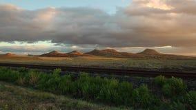 Enkel järnvägsspår på solnedgången arkivfilmer